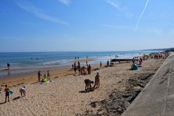 De nombreux baigneurs à Omaha Beach