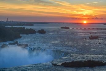 Lever de soleil sur les chutes du Niagara