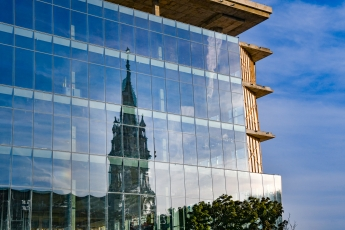Reflets sur un bâtiment vitré