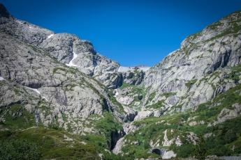 Le barrage du Vieux-Emosson, tout en haut perché
