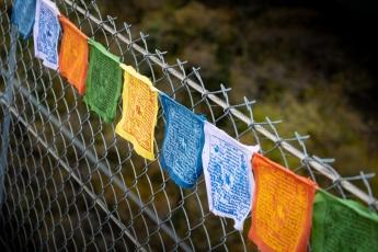Le pont est orné de drapeaux tibétains
